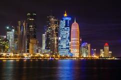 Escena de la noche del horizonte de Doha Imágenes de archivo libres de regalías