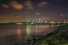Escena de la noche del lado de la bahía del puerto deportivo Imágenes de archivo libres de regalías