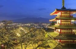 Escena de la noche del monte Fuji con la opinión de la pagoda y de Sakura de Chureito Fotografía de archivo libre de regalías