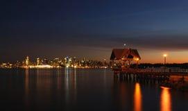 Escena de la noche del muelle y de la ciudad Foto de archivo libre de regalías