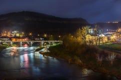 Escena de la noche del puente peatonal y de la iglesia Imagenes de archivo