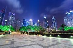 Escena de la noche en el centro financiero de Shangai imagen de archivo