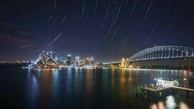 Escena de la noche en el horizonte de la ciudad de Sydney con efecto del rastro de la estrella almacen de metraje de vídeo