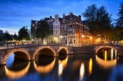 Escena de la noche en un canal en Amsterdam, Países Bajos Foto de archivo