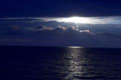 Escena de la noche en un mar Imagen de archivo