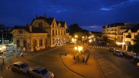 Escena de la noche de la estación de tren francesa - visión cinemática aérea almacen de video