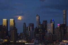 Escena de la noche: Luces estupendas de la Luna Llena y de la ciudad Imágenes de archivo libres de regalías