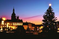 Escena de la noche de la Navidad en la ciudad histórica - árbol de navidad Imagen de archivo libre de regalías