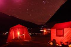 Escena de la noche que acampa Fotos de archivo libres de regalías