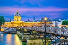 Escena de la noche de la residencia nacional del Invalids y del Pont des Arts foto de archivo