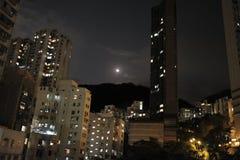 Escena de la noche de un edificio residencial construido en Hong Kong en Hong Kong foto de archivo