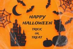 Escena de la opinión superior del concepto del día de fiesta de Halloween Castillo viejo, bruja, palos en bachground negro de mad Fotografía de archivo
