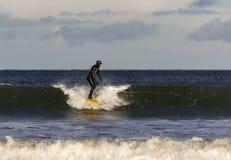 Escena de la persona que practica surf en el Moray, Escocia, Reino Unido. imagen de archivo libre de regalías