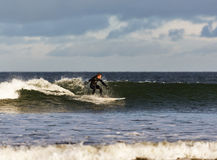 Escena de la persona que practica surf en el Moray, Escocia, Reino Unido. fotos de archivo