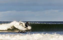Escena de la persona que practica surf en el Moray, Escocia, Reino Unido. fotos de archivo libres de regalías