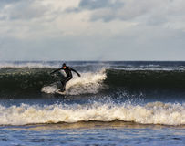 Escena de la persona que practica surf en el Moray, Escocia, Reino Unido. imagenes de archivo