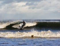 Escena de la persona que practica surf en el Moray, Escocia, Reino Unido. foto de archivo libre de regalías