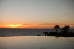 Escena de la piscina y de la cascada en la puesta del sol Imagenes de archivo
