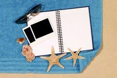 Escena de la playa con el libro en blanco Imagenes de archivo
