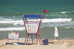 Escena de la playa con el salvavidas Imagen de archivo libre de regalías