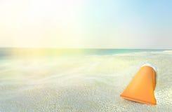 Escena de la playa con la protección solar contra fondo del océano Foto de archivo