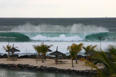 Escena de la playa con las ondas que causan un crash imagen de archivo libre de regalías