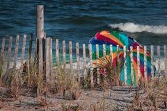 Escena de la playa con los paraguas coloridos fotografía de archivo libre de regalías