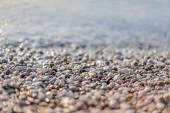Escena de la playa con muchos guijarros Imagen de archivo libre de regalías