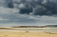 Escena de la playa de las nubes de tormenta fotos de archivo libres de regalías