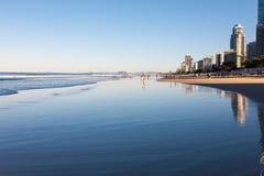 Escena de la playa del paraíso de las personas que practica surf Foto de archivo