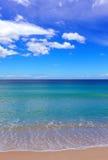 Escena de la playa del verano con agua de la turquesa y el cielo azul Fotografía de archivo libre de regalías