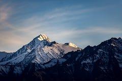 Escena de la puesta del sol de la montaña de la nieve Imagen de archivo