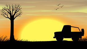 Escena de la puesta del sol de la silueta con un camión Imagen de archivo