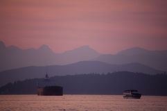 Escena de la puesta del sol en el agua Fotos de archivo libres de regalías