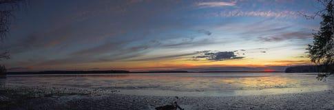 Escena de la puesta del sol en el lago fotografía de archivo