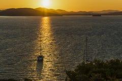 Escena de la puesta del sol en el mar adriático cerca de Zminjak con el yate en Croacia imágenes de archivo libres de regalías