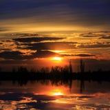 Escena de la puesta del sol sobre el lago Fotografía de archivo libre de regalías