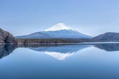 Escena de la reflexión del monte Fuji en el lago Motosu Imágenes de archivo libres de regalías