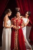Escena de la ropa de la mujer aristocrática de sus criados Imagen de archivo libre de regalías