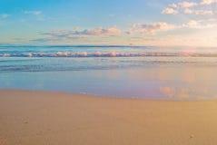 Escena de la salida del sol de la playa, océano Fotos de archivo