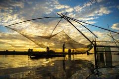 Escena de la salida del sol en campo del cultivo del La de Tha con la red de pesca en Chau doc., provincia de An Giang, Vietnam d imagen de archivo