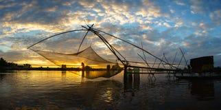 Escena de la salida del sol en campo del cultivo del La de Tha con la red de pesca en Chau doc., provincia de An Giang, Vietnam d imagen de archivo libre de regalías