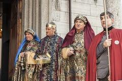 Escena de la vida de Jesús Epifanía, los tres reyes que llevan sus regalos Foto de archivo libre de regalías