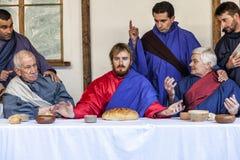Escena de la vida de Jesús Misterio de la pasión - agentes que promulgan de nuevo Jesús y a sus discípulos en la cena pasada imágenes de archivo libres de regalías