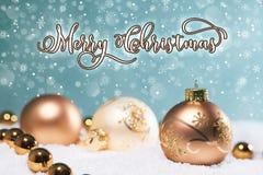 Escena de las bolas de la Navidad del oro con las escamas de la nieve en el fondo foto de archivo libre de regalías