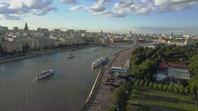 Escena de Moscú con el río, el parque y el puente Silueta del hombre de negocios Cowering almacen de metraje de vídeo