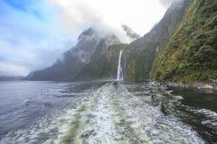 Escena de niebla hermosa del parque nacional del fiordland de Milford Sound tan Imágenes de archivo libres de regalías