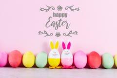 Escena de Pascua con los huevos coloreados imágenes de archivo libres de regalías