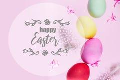 Escena de Pascua con los huevos coloreados fotos de archivo