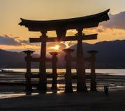 Escena de Silhoulette de Torii en la capilla de Itsukushima Imagen de archivo libre de regalías